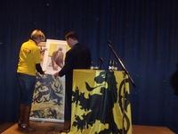 Een mooie bedanking voor Bart De Wever overhandigd door Sylvie Claeys